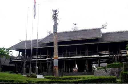 lamin-house-dayak-east-borneo-traditional-house KALTIM
